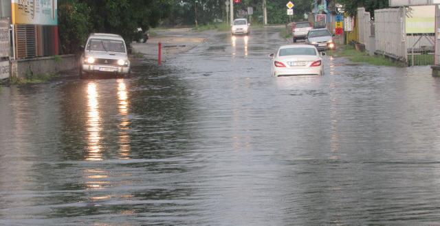 Проливен дъжд наводни улици и булеварди в Русе. Заради огромното