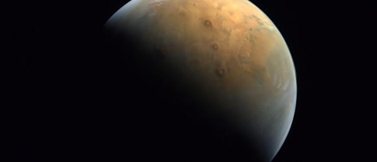 Обединените Арабски Емирства публикуваха първата снимка на Марс, направена от