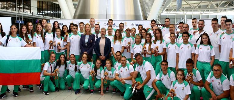 С лъвче талисман и националния трибагреник за успех заминаха българските