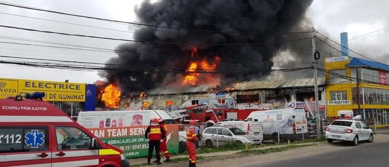 Голям пожар избухна в търговски център в село Афумац, недалеч