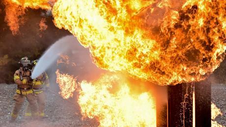 Цистерна, превозваща битум, се е подпалила след взрив на бутилка