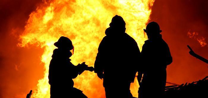 Голям пожар е пламнал в четвъртък по обяд в суха