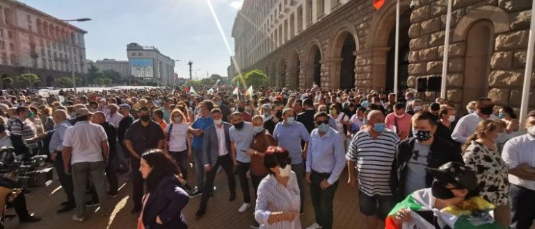 ФОТО: ПИКНад 10 000 души събра митингът на ГЕРБ, който
