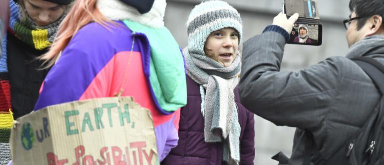 Шведската екоактивистка ГретаТунбергнавършва 17 години. Вместо да празнува обаче, тя
