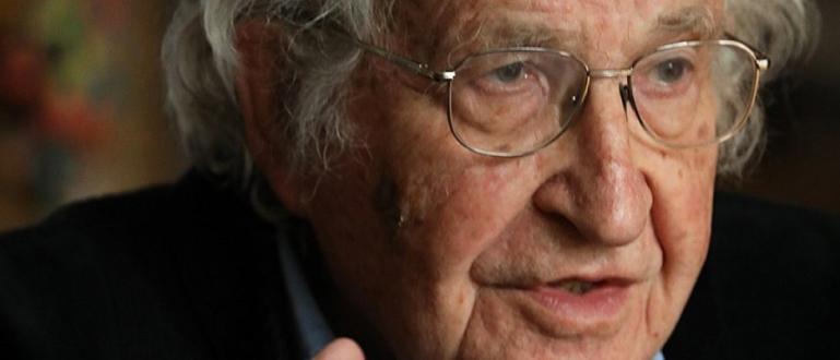 Ноам Чомски е философ и политически активист, професор от Масачузетския