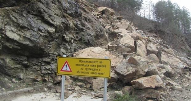 Една четвърт от подпорната стена по пътя към Рилския манастир