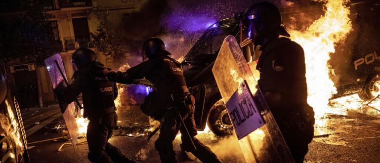 Протести в Барселона отново прераснаха в безредици снощи, когато демонстранти