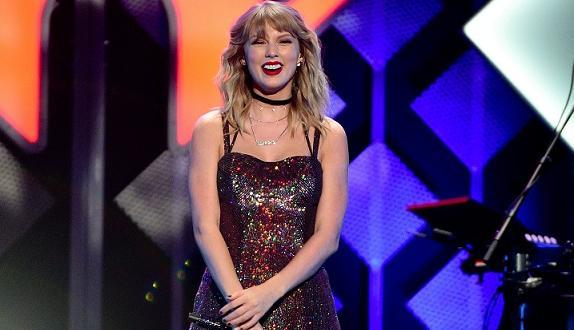 Тейлър Суифт продължава да се грижи за фенове в разгара