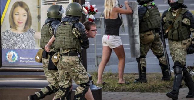 Протестиращи в София атакуваха посолството на Беларус в столицата. Те