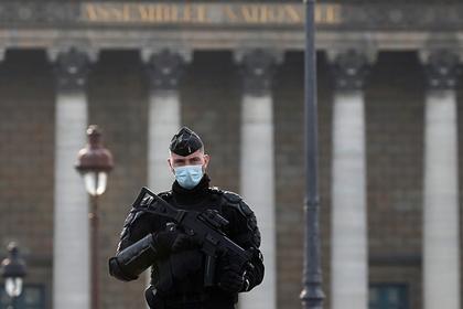 Въоръжен мъж взе заложници в комуна Домон близо до Париж.