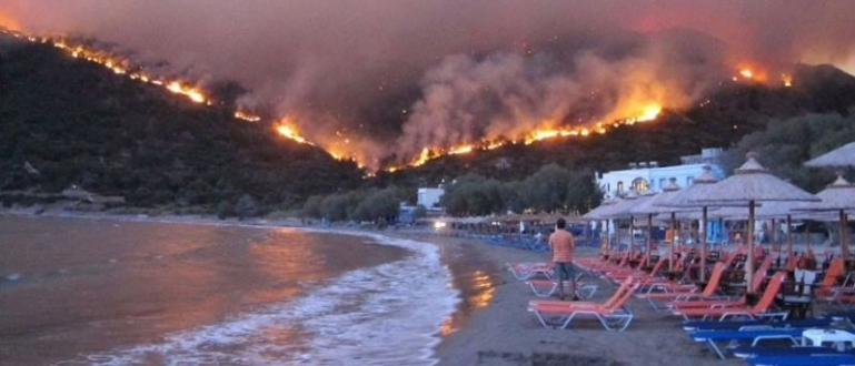 Пожари на гръцкия остров Самос е принудил властите да евакуират