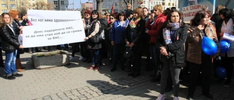 Медицински сестрипротестират пред сградата на Министерския съвет, съобщи bTV.Исканията им