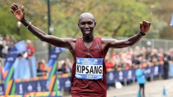 Бившият световен рекордьор в маратонаУилсън Кипсангот Кения прекара нощта зад