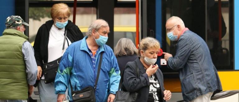 Задължението да се носят маски на открито трябва да бъде
