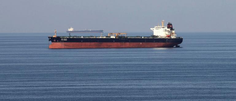 Четири кораба от различни националности са били засегнатиДва саудитски петролни