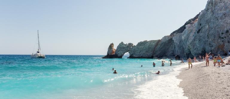 На остров Скиатос глобяват, ако си вземете камък от плажа.