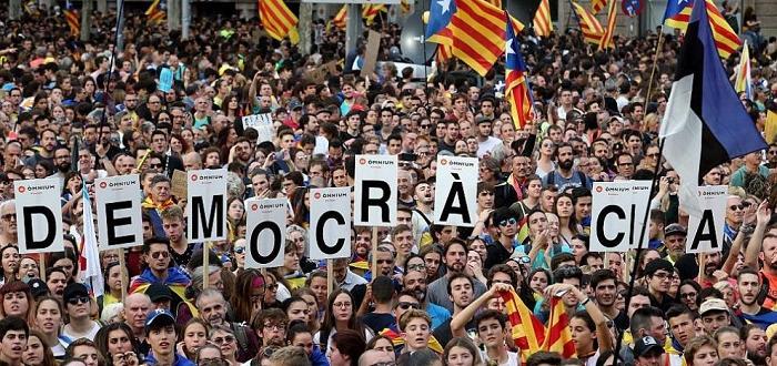 Бе посрещнат от стотици мирни демонстрантиМинистър-председателят на Испания Педро Санчесслед