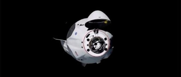 НАСАсъобщи за успешно скачване на капсулата с американските астронавти Боб