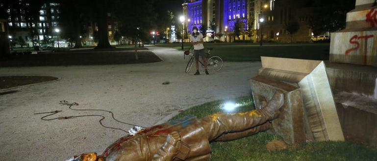 Група демонстранти в американския град Ричмънд, щата Вирджиния, свалиха статуя