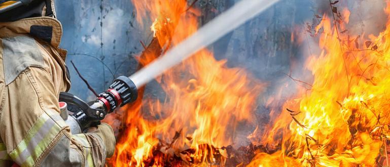 Голям пожар обхвана сметището на Велинград. Стихията е трудна за