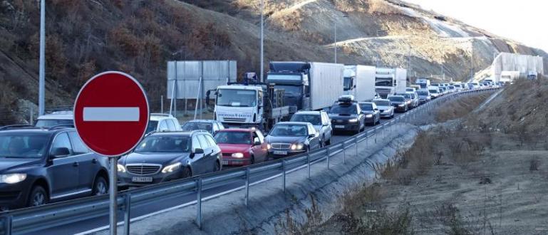 Засега само временно е спрян трафикът на товарни камиони към
