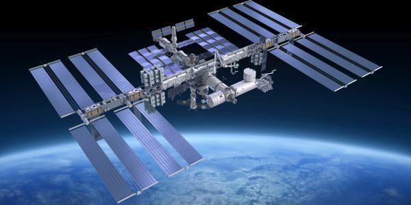 Космонавтите откриха драскотина и вдлъбнатина на Международната космическа станция (МКС)