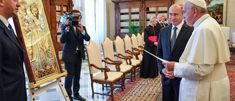Руският президент Владимир Путин и папа Франциск размениха подаръци след