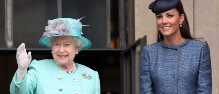Моден експерт разкри тайното послание на розовите тоалети, които кралицата