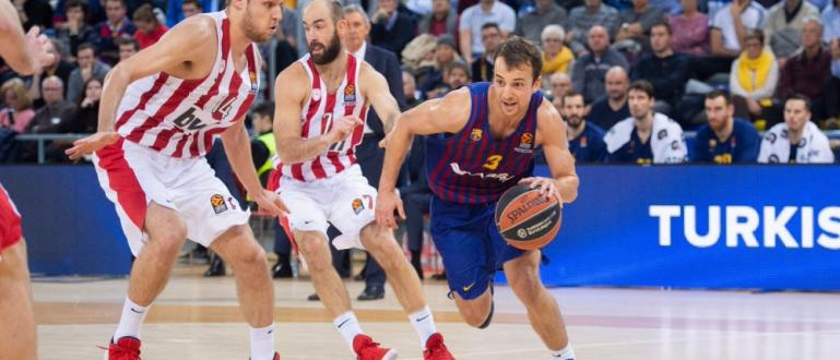 Водещият ни баскетболист Александър Везенков (вляво на снимката) за пореден