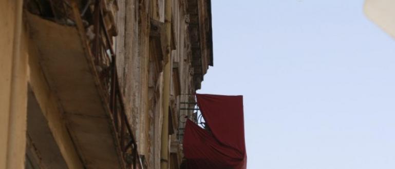 Опасни отломки, падащи от покрив на къща в центъра на