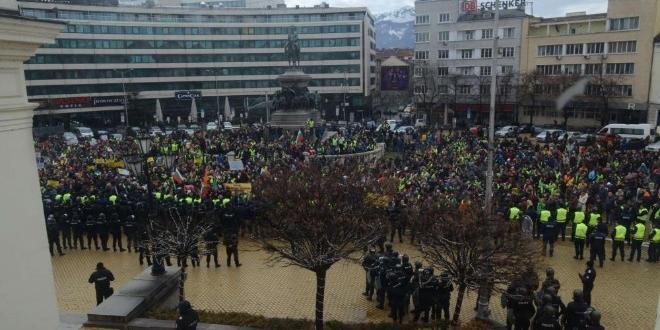 ФОТО: КАНАЛ 3Протест пред парламента. Хотелиери и ресторантьори не отмениха