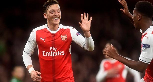Офанзивнит полузащитник на Арсенал Месут Йозил може да продължи кариерата