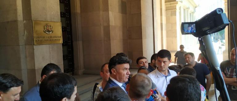 Президентът на Българския футболен съюз в оставка Борислав Михайлов говори