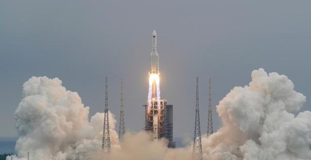 Части от 21-тонната 30-метрова китайска ракета
