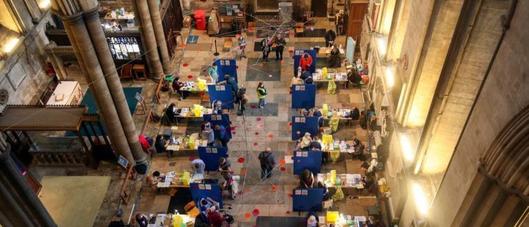 Снимка-CNNИсторическата катедрала в Солсбъри в Англия е трансформирана в център