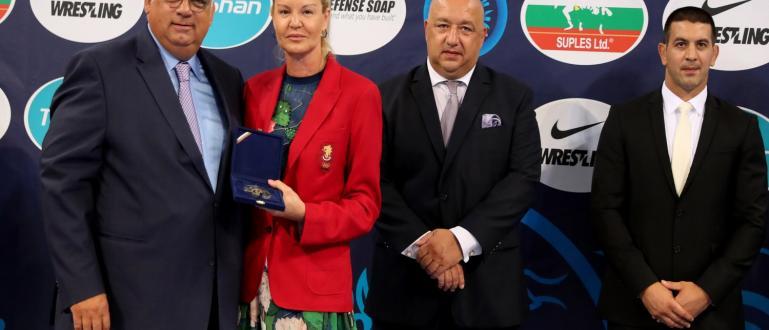 Стефка Костадинова отличи президента на Международната федерация по борба (UWW)