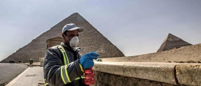 Египетските власти започнаха дезинфекция около пирамидите в Гиза. Те са
