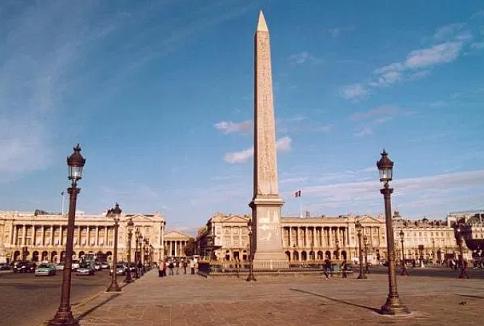 2000 военни участват в официалната церемония на прочутия парижки площад