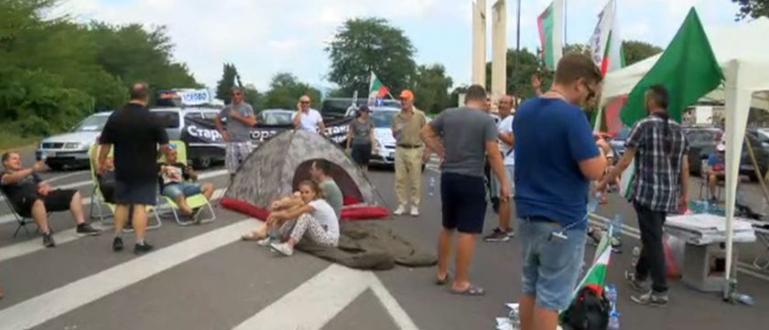 """Неизвестна засега група граждани, излезли на протест, блокираха автомагистрала """"Марица"""""""