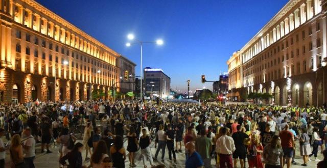 Фалшивановиназа убит от полицията протестиращ заливат най-големите групи във фейсбук.Авторите