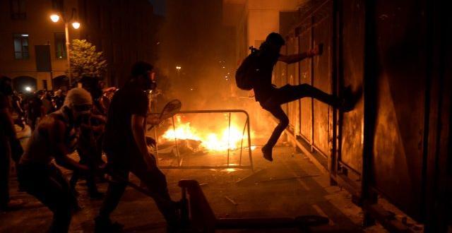 Втора нощ на ожесточени протести и сблъсъци в Бейрут след