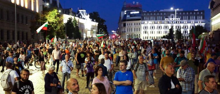 На 49-ия ден на протести в София демонстрантите донесоха на
