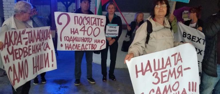 Близо 50 души от три созополски села протестираха в центъра