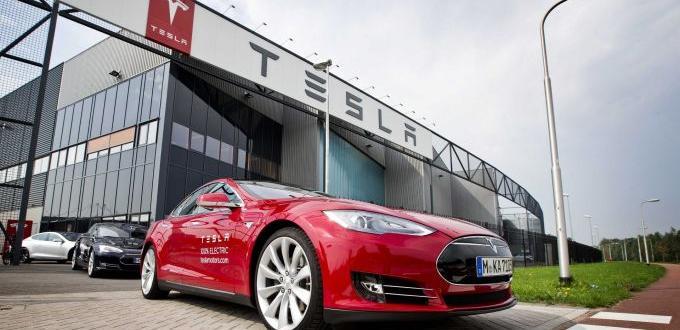 Tesla Inc е заявила на служителите си, че временно ще