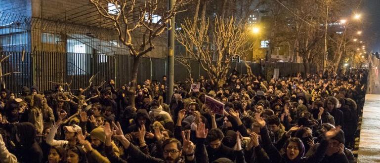 Посланикът на Великобритания в Иран Роб Макеър е бил задържан