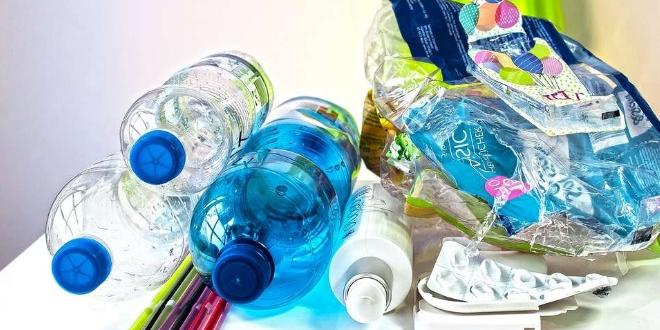 Пластмасите са твърди органични полимерни материали. Те се състоят от