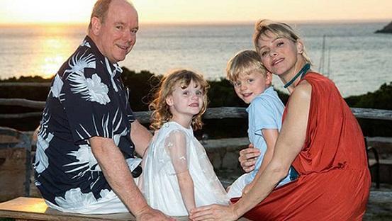 Принцът на Монако Албер Втори и съпругата му Шарлийн пуснаха