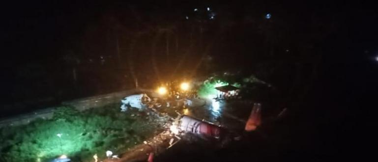 Самолет на индийска авиокомпания с 200 души на борда катастрофира