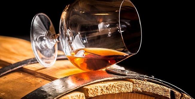 Колкото и да е изкушаващо, пиенето на алкохол встрашните жеги