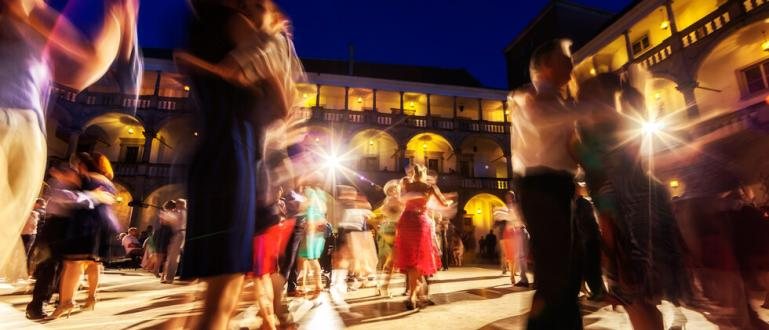 Незаконно парти в замъка Брукхейвън, на което са присъствали 400